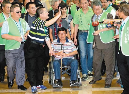 """扁迷们一再要求""""特赦""""陈水扁。(图片来源:台湾《联合报》)"""