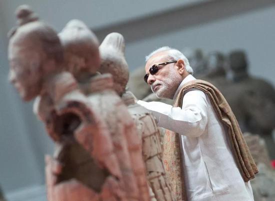 2018-07-23,正在中国进行正式访问的印度总理莫迪来到陕西西安市秦始皇帝陵博物院参观兵马俑。新华社记者王晔摄