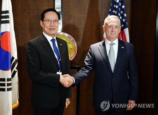 韩国防长宋永武(左)和美国防长马蒂斯