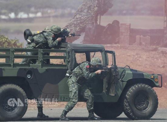 """图为台军演训士兵在淡水河口警戒。(来源:台湾""""中央社"""")"""