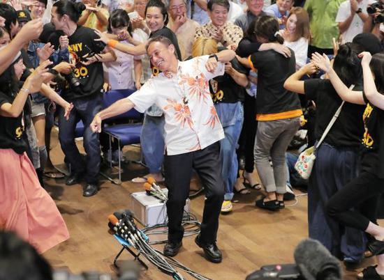 9月30日,玉城丹尼(中)在那霸慶祝當選沖繩縣知事。(時事社)