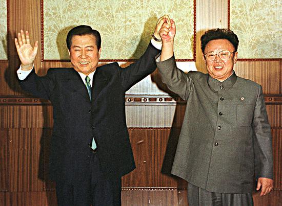 2018-08-16,朝鲜平壤,金正日(右)与金大中(左)举行会谈。