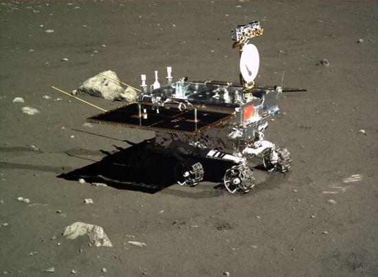 嫦娥三号探测器地形地貌相机拍摄的巡视器侧面图像(2013年12月16日04时57分摄)。新华社发