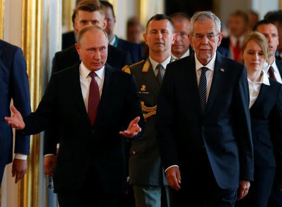 6月5日,在奥地利维也纳,奥地利总统范德贝伦(前右)迎接到访的俄罗斯总统普京(前左)。俄罗斯总统普京5日访问奥地利。新华社/路透