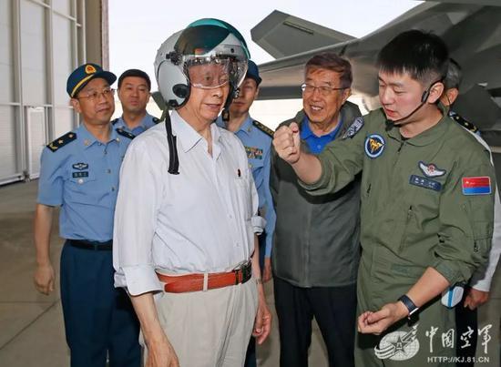 △空军院士顾问体验新式头盔并与飞行员交流。张东贺 摄