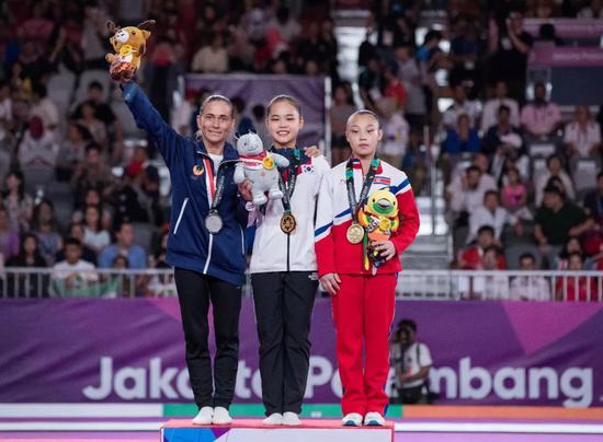 8月23日,韩国选手余瑞婷(音译,中)、乌兹别克斯坦选手丘索维金娜(左)和朝鲜选手片礼永(音译)在颁奖仪式上。新华社记者 朱炜 摄