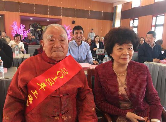 101岁的陈财男老人(左一)与他的女儿。
