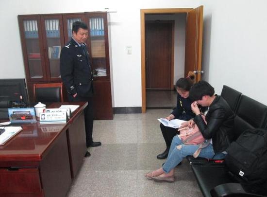 在民警赵汉根的帮助下,失散36年后孪生姐妹重逢、诉说过往。杭州市富阳区公安局 图