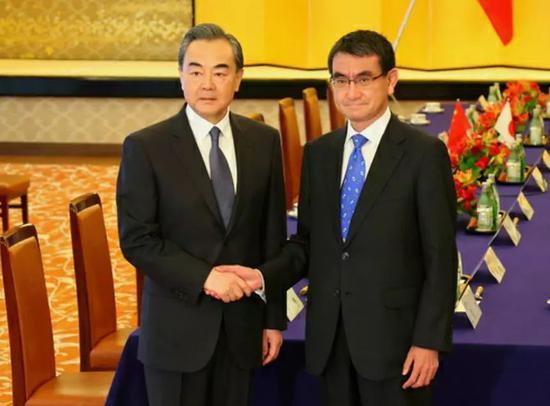 王毅与河野太郎举行会晤