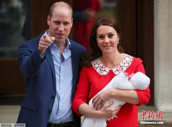 当地时间2018-08-15,英国凯特王妃诞下第三胎。图为凯特王妃与威廉王子抱娃亮相。