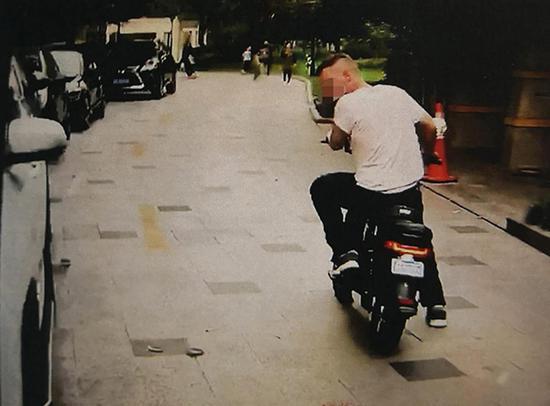 偷车的外籍男子。本文图片 黄浦公安分局 供图