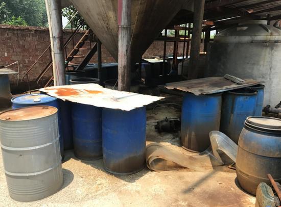 厂区内堆放的废弃油桶