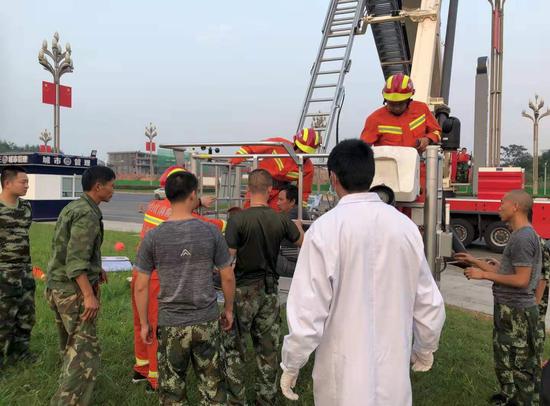 经3小时救济,两名受困工人,被胜利从28米下的告白牌顶端救下。 受访者供图