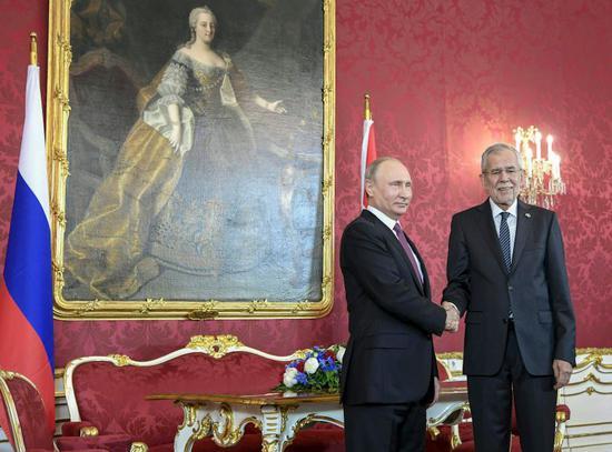 6月5日,在奥地利维也纳,奥地利总统范德贝伦(右)和到访的俄罗斯总统普京举行会谈前握手。俄罗斯总统普京5日访问奥地利。新华社/法新