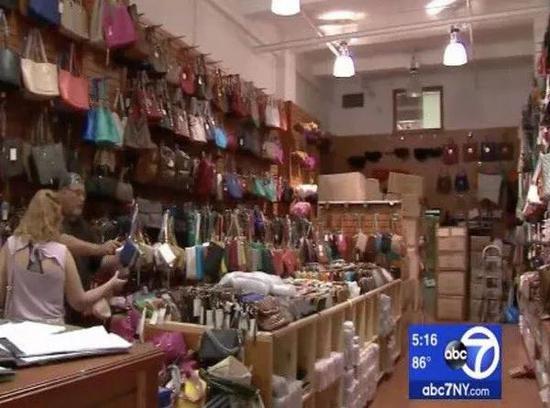"""電視臺拍攝的一家名叫""""珀萊雅時尚""""的合法店鋪"""