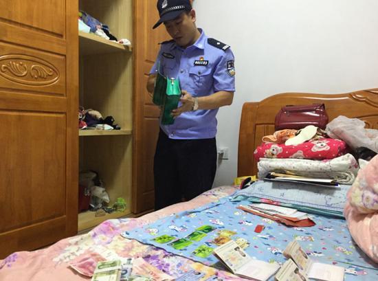 民警现场查处的现金及证件。