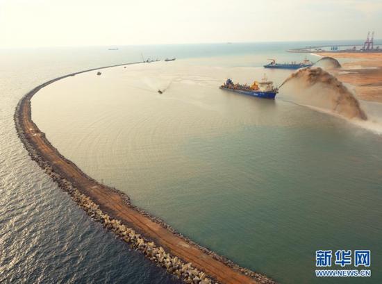 2019-09-18,吹沙船在斯里兰卡科伦坡港口城项目上进行疏浚吹填作业。新华社发(中国港湾科伦坡港口城有限责任公司供图)