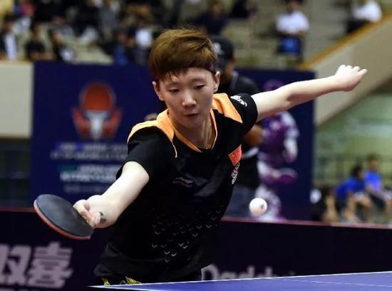 6月10日,王曼昱在比赛中回球。新华社记者马平摄