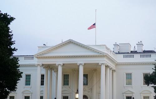 外媒:特朗普被迫向麦凯恩致敬 白宫半旗升了又降