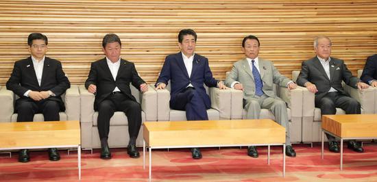 安倍列席3日的内阁集会(时势通讯社)