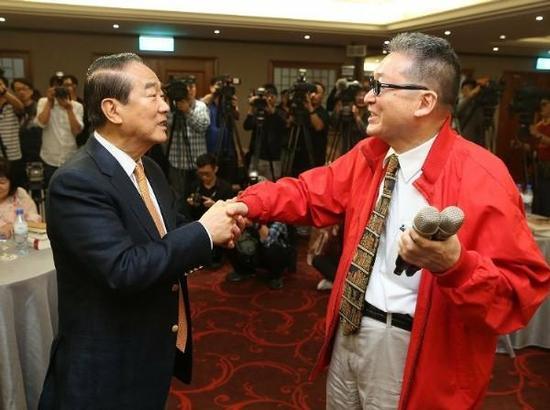 2015年4月,亲民党主席宋楚瑜和李敖。 台海网 资料图