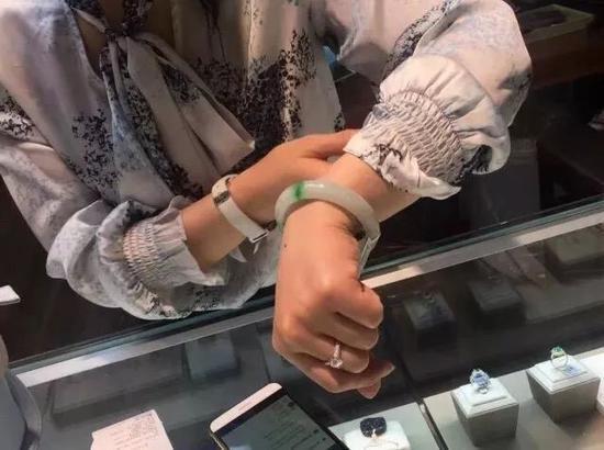 41000元的翡翠手镯410卖了 珠宝店小姐姐急得要哭