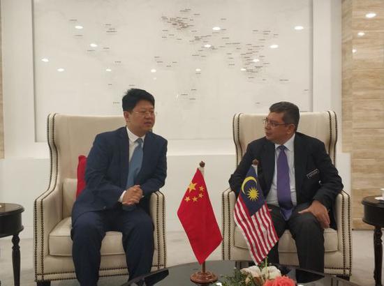 7月14日,中国驻马来西亚大使白天拜会马来西亚外交部长赛夫丁。(图片源自中国驻马来西亚大使馆)