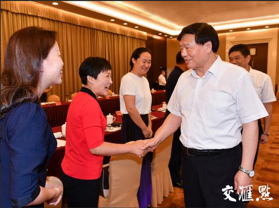 省委书记娄勤俭与参加座谈的全省优秀教师代表握手交谈。交汇点记者 肖勇 摄