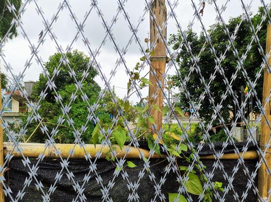 贺哈已建成的防护网,透过网格缝隙,对面可见的建筑为缅甸一方的村庄房屋。符皓 摄