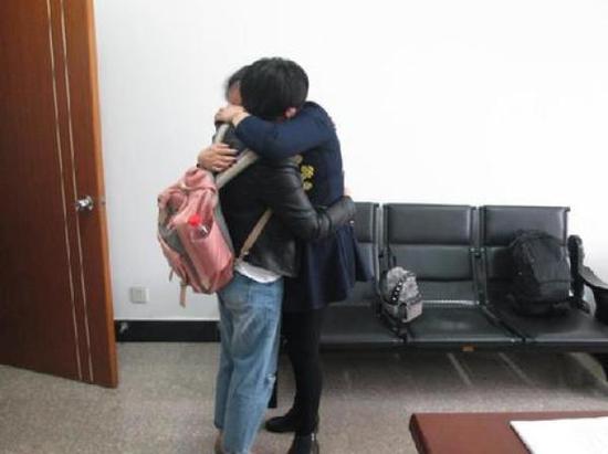 失散36年后孪生姐妹在杭州市富阳区城南派出所内重逢,相拥而泣。杭州市富阳区公安局 图