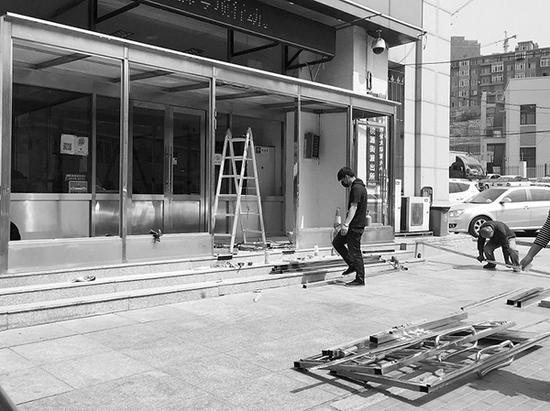 派出所被砸坏的大门正在维修。本文图片 半岛晨报