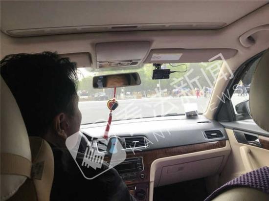 """""""皇城外八景""""司机正在讲解玉器知识 摄/记者 董振杰"""