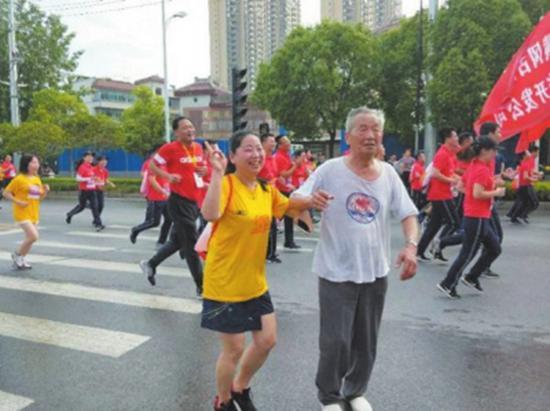 图为网友拍摄的林桂生老人正在参加比赛。黄冈师范学院党委宣传部 供图