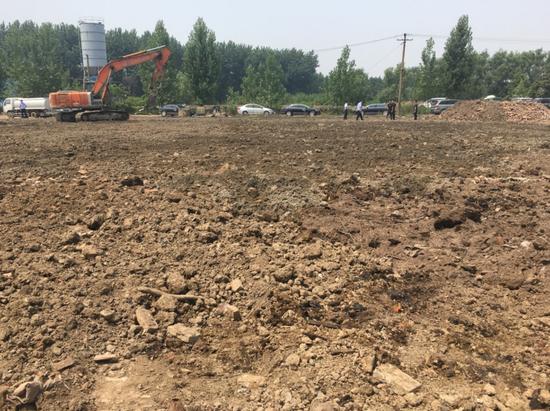 挖掘机在厂区污染土地上覆土
