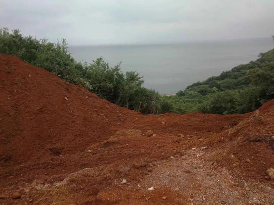 ▲2018年6月20日,已经清运完的源生环保在射山上的垃圾填埋现场。(每经记者 李彪 摄)