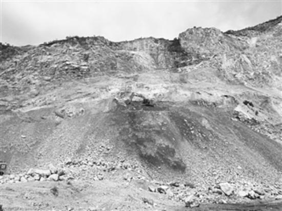 图为洱源县小水坝石料加工有限公司石灰岩矿开采现场。中国环境报 图