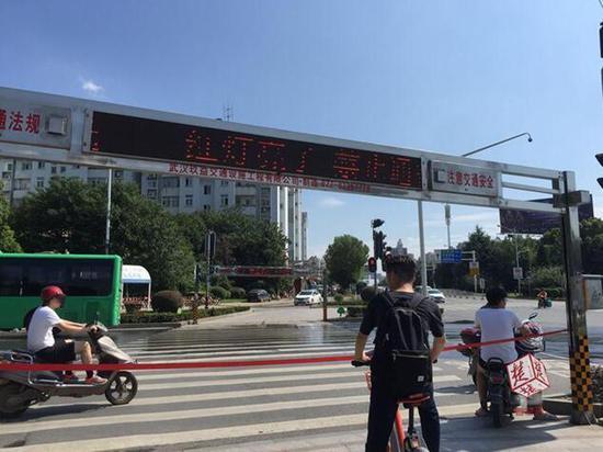 武汉街头的自动拉绳系统 图自楚天都市报