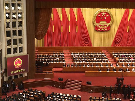 十三届全国人大一次会议第五次全体会议结束后,举行了隆重的宪法宣誓仪式。澎湃新闻记者 赵昀 图