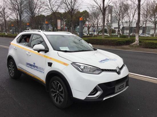 """路测车辆的车窗前放着""""沪N5590试""""常设号牌。本文图均为 磅礴消息记者 俞凯 图"""