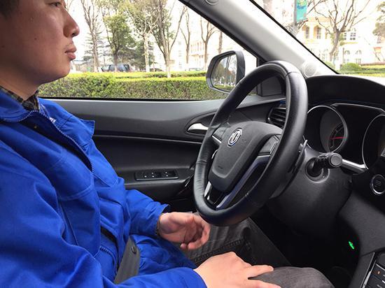 坐在驾驶位上的路测工程师基础上不摸偏向盘,只偶然摸一下。