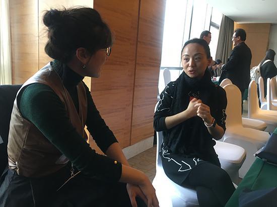 3月14日,全国政协委员邰丽华(右)和手语翻译李琳(左)会后交流中。 澎湃新闻记者 李闻莺 图