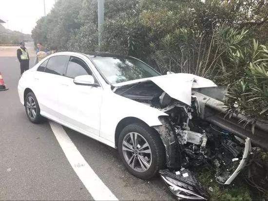 奔驰被撞毁后车内飘出肉香 女司机尖叫着跑出车外