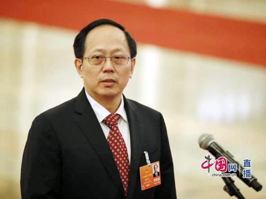 """3月19日,国家体育总局局长苟仲文在人民大会堂""""部长通道""""回答媒体提问。 中国网 图"""