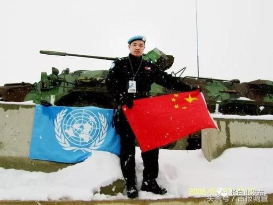 吴强在维和基地经常自豪地展示五星红旗