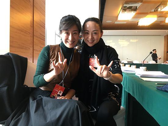 3月14日,全国政协委员邰丽华(右)和手语翻译李琳(左)接受澎湃新闻采访。 澎湃新闻记者 李闻莺 图