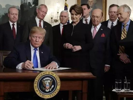 ▲3月22日,在美国华盛顿白宫,美国总统特朗普(前)签署总统备忘录。(新华社/图)