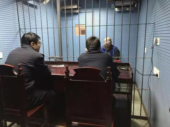 陈某已被警方拘留,此前他已因诈骗四次入狱。