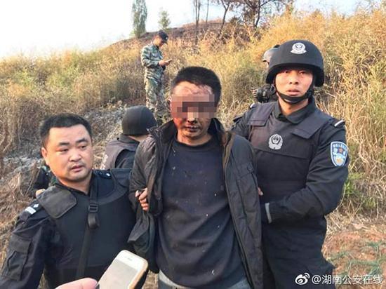 2017年12月24日下午,陈建湘在科头乡落网。 微博@湖南公安在线 资料图