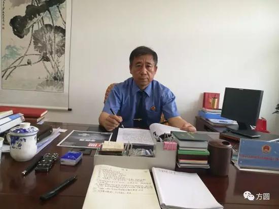 ▲王护民副检察长在办公室接受采访