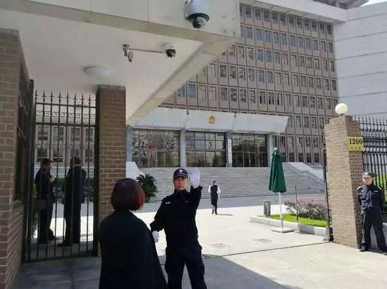 ▲上海一中院门前(每经记者 宋戈 摄)